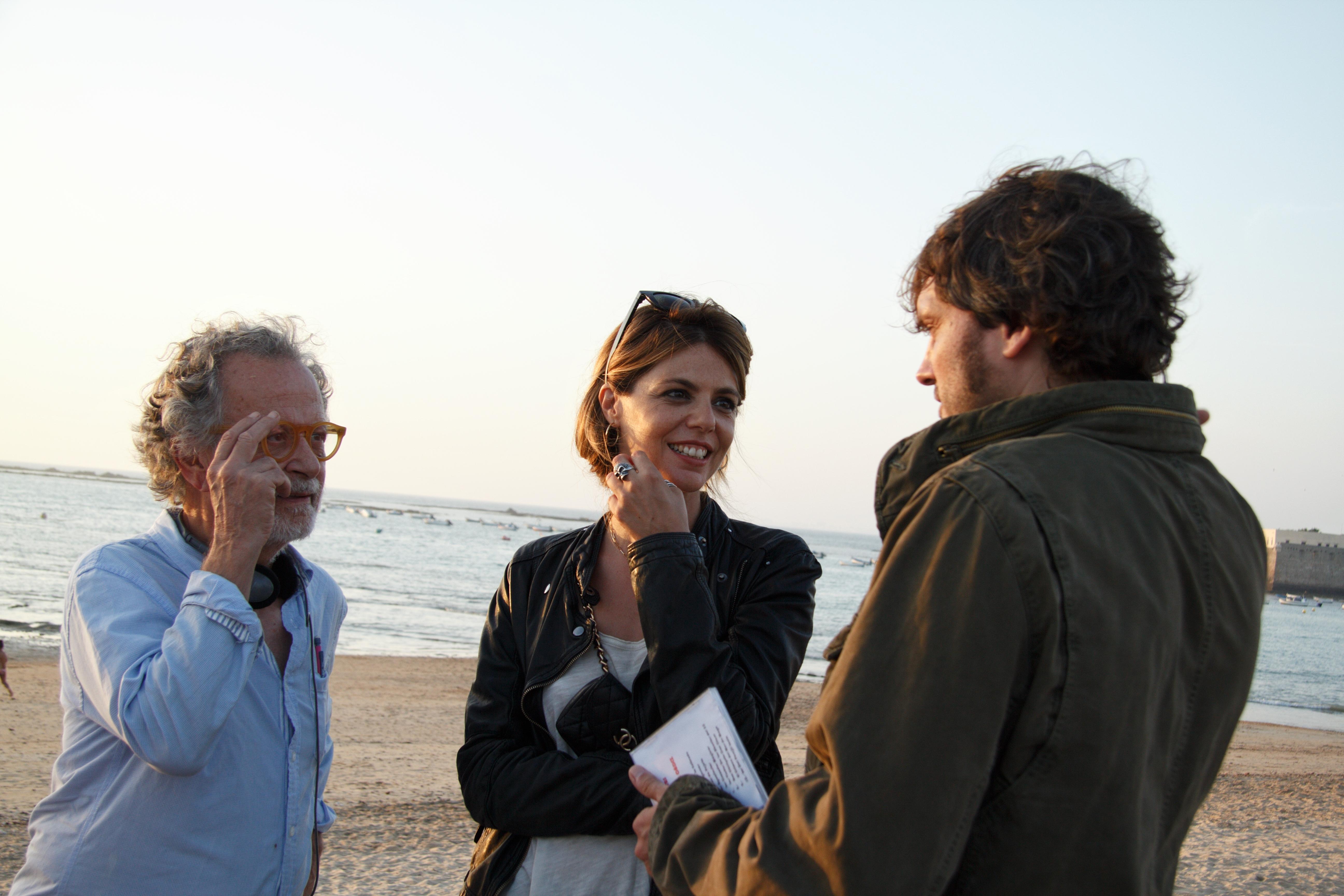 FERNANDO COLOMO, SALVA REINA Y MANUELA VELASCO durante el rodaje en Cádiz